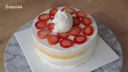 一个朴素的草莓奶油蛋糕~切开也是一样朴素