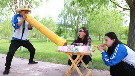 吹多少拿多少游戏,学生拿来巨型吸管,老板直接破产了