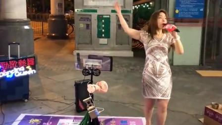 广东东莞街头一首经典歌曲《闯码头》,香港歌手芯妮激情演唱