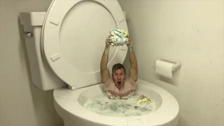 在马桶中泡澡是啥感觉?奇葩老外亲测,画面不忍直视!