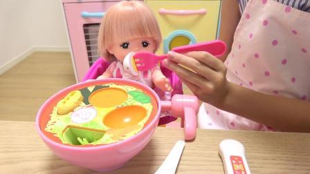 国外儿童时尚,小萝莉假装给芭比娃娃做拉面,拉面烹饪玩具套装