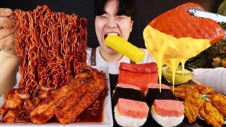 """韩国ASMR吃播:""""炸酱拉面炒年糕+芝士午餐肉+调味炸鸡"""",听这咀嚼音,吃货小哥吃得真馋人"""