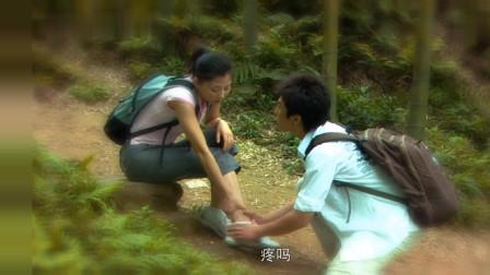 殷桃在山上崴伤了脚,邓超贴心的帮她擦药