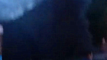 车库起火导致浓烟散发 现场黑烟滚滚