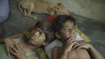 印度穷人有多卑微?穷孩子连买披萨的资格都没有,只能捡别人剩的