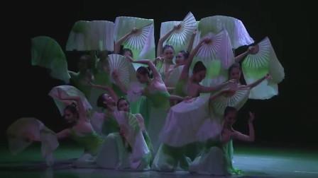 古典扇子舞,前奏有点长,4分41秒开始扇子舞才是高潮!