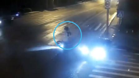 摩托车路口与轿车相撞 驾驶员腾空后重重摔在地上