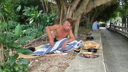流浪汉红毛的家被水泥搞了个斜坡,逼不得已,只能到榕树底下睡了!