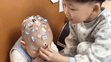 6岁哥哥照顾二胎弟弟,却被当成了玩具,网友:传说中的大头贴?