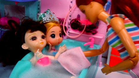 小芭比和好朋友小美人鱼在外面玩捉迷藏弄得全身脏兮兮,回家洗澡