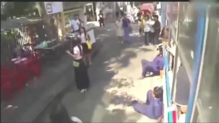 灵异事件:实拍泰国公交车站鬼附身事件
