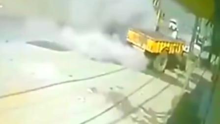 灵异事件:四川大货车突然从天而降,男子忽感不对,弃车就逃!