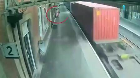 灵异事件:英国火车站拍下这段画面,看完监控后让人脊背发凉