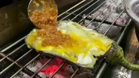 广东街头烧烤师傅,教大家在家烤茄子夹蛋教程,其实很简单!