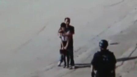 河南安阳市:街头男子劫持少妇,警方开枪将其击毙,现场画面曝光了