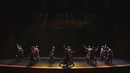民族舞蹈热情奔放,舞台灯光和编舞完美融合,美的享受!