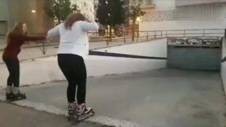 美国姑娘学玩轮滑,结果这声音听得也太惨了吧