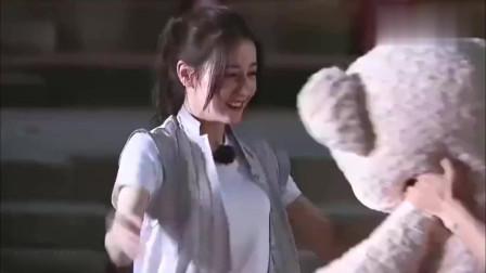 极限挑战 松鼠迅套得一个可爱大白熊送给迪丽热巴 被路人羡慕