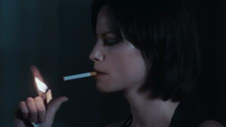 女主抽烟的样子太帅了丝毫看不出她是生化人的痕迹