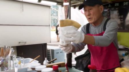 """韩国大叔卖自制""""薄饼"""",一份20元,每天食客从不间断!"""