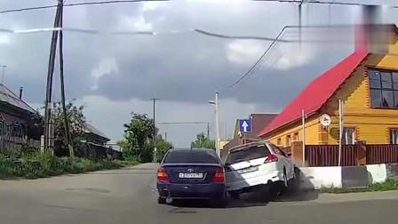 监控:胆小的别看,监控拍下的交通事故发生瞬间,引以为戒