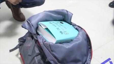 男子带三本词典过境 边检人员打开一看当场把他按倒