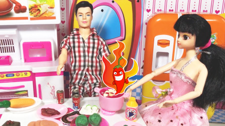 芭比娃娃和大明一起煮火锅吃,美味火锅太辣了!赶紧喝点可乐吧