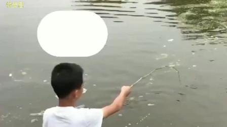广东熊孩子自制鱼竿在河边钓鱼,接下来发生的一幕,让人意想不到!
