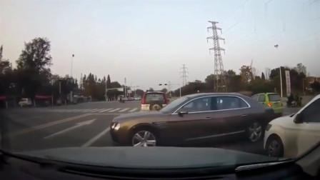 贵州女司机开车就是横啊,在监控眼皮底下横行霸道,幸好司机心理素质好!