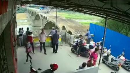 一群人正在看大桥施工,如果没有监控,任何人不知道发生什么!