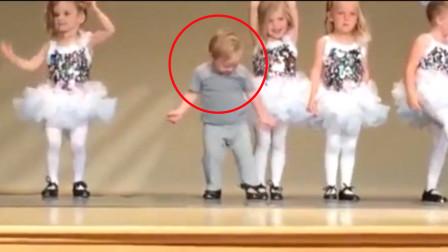 弟弟误闯舞台与姐姐表演,接下来的一幕,让台下父母集体尴尬微笑