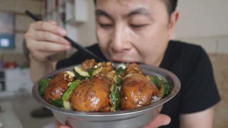鸡腿盖饭,6个鸡腿小火慢炖半小时,肉烂肉香一撕就掉,越吃越香