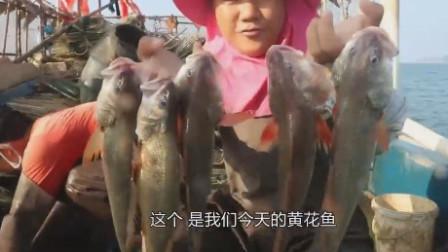 农村美女凌晨赶海,手提数条值钱的黄花鱼,大丰收啊