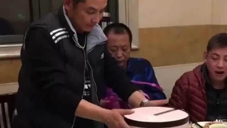 小伙子今天过生日,结果蛋糕一打开,四川小伙:自己几岁了还不知道吗?