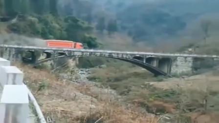 重载的大货车过桥,求老司机的心里阴影面积,手机拍下全过程