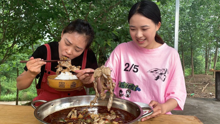 秋妹做姐姐最爱吃的水煮牛蛙,肉质鲜嫩,麻辣鲜香,越吃越过瘾
