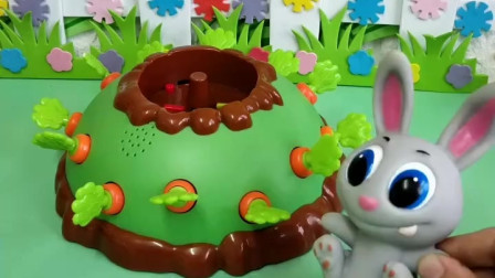 小兔子看见很多胡萝卜,原来是陷阱,佩奇就帮助了他