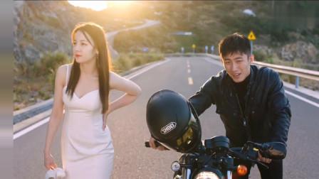 迪丽热巴穿着婚纱帮黄景瑜推摩托车,看起来有些狼狈
