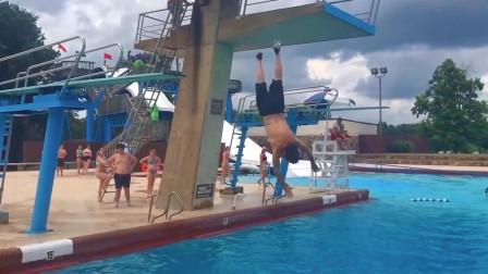 游泳池边雷人囧事,老外跳水是比谁溅的水花大