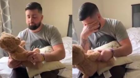 妻子送丈夫录有过世女儿声音的玩偶 丈夫感动落泪