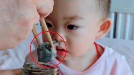 奶爸喂萌娃吃臭豆腐,宝宝吃了一口立马变脸,下一秒反应令人爆笑