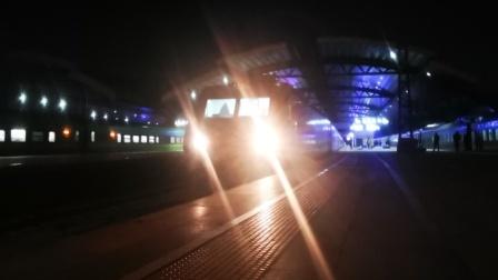 "HXD3D牵引""京哈路霸""Z17次从北京站9站台发出!"