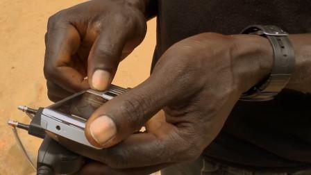 非洲人特有的充电方法,直接电瓶充手机,这条件也太苦了!