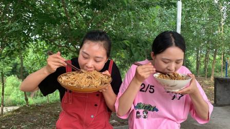 秋妹在农村熬猪油,拌着福建特色粉干吃特别香,一次吃了一大盘
