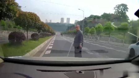 大爷:你撞我下试试,女司机:我去你丫的