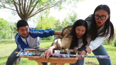 学生用奥特曼卡牌做出AWM,成功套路老板,赢走所有装备