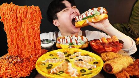 """韩国ASMR吃播:""""火鸡拌面+芝士饺子披萨+辣炒年糕+热狗"""",听这咀嚼音,吃货小哥吃得真馋人"""