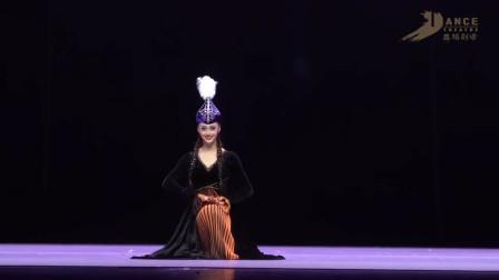 北京舞蹈学院王雪柔《哈萨克族风格表演性组合》,透露出狂野舞风