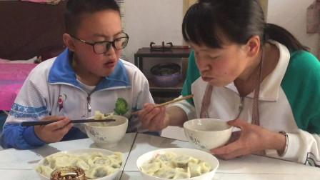 纯肉饺子怎么做最好吃?小孩子帮妈妈煮出来,一个劲说好吃