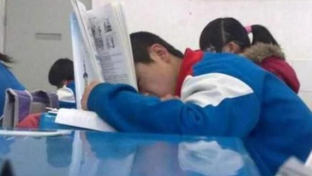 孩子上课呼呼大睡,老师拍下照片发到家长群,宝爸的解释令人动容